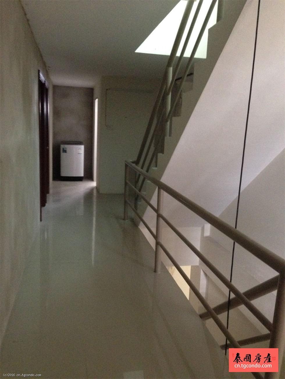 曼谷拉查达地铁口,双门面4层商铺出租